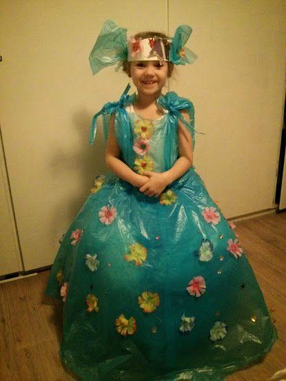 carnavalsjurk van vuilniszakken en ze heeft 'm versierd met al het moois wat ze kon vinden in huis...