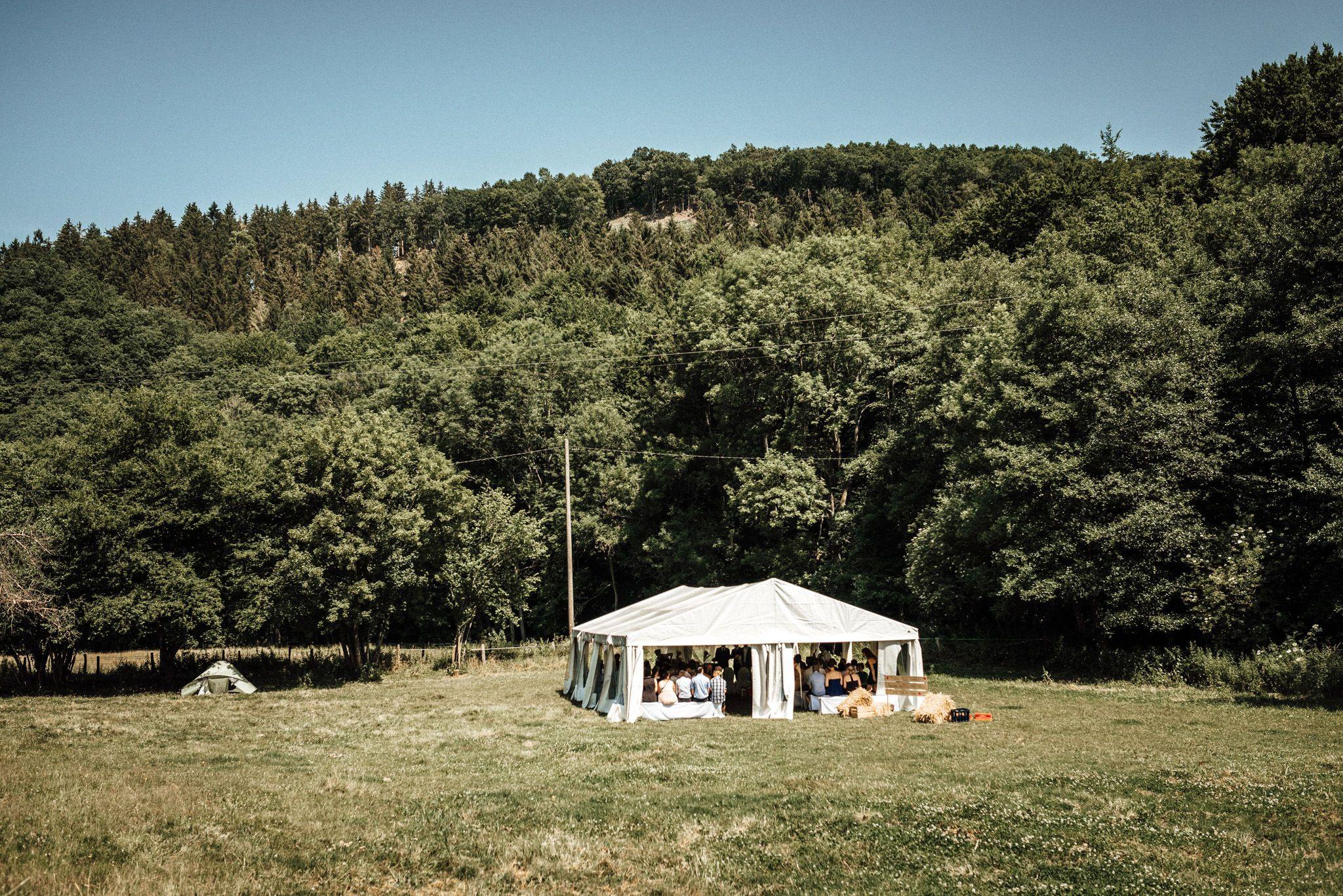 Sommerhochzeit Im Zelt Auf Einer Wiese An Der Wunderschonen Alten Mestrenger Muhle In Hurtgenwald In Hochzeitsfotograf Hochzeitslocation Hochzeitslocation Nrw