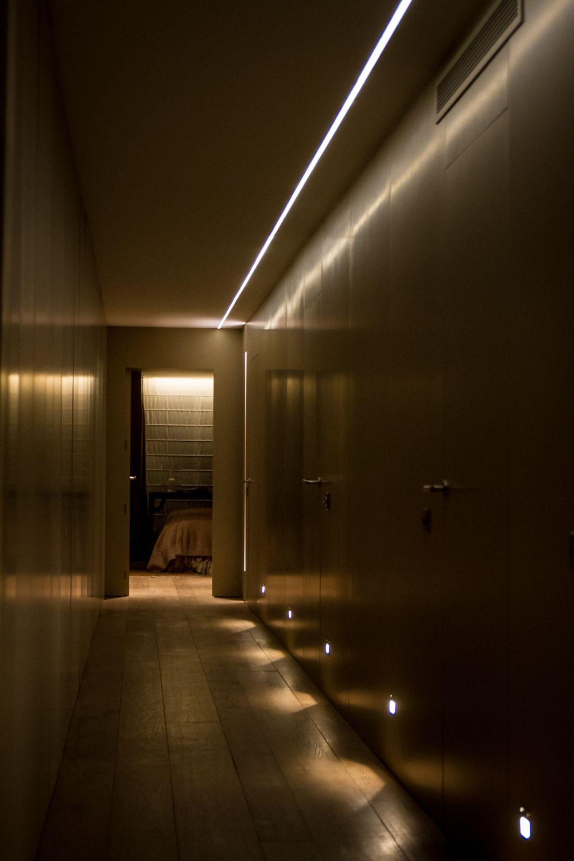 Iluminacin minimalista en el pasillo de una vivienda