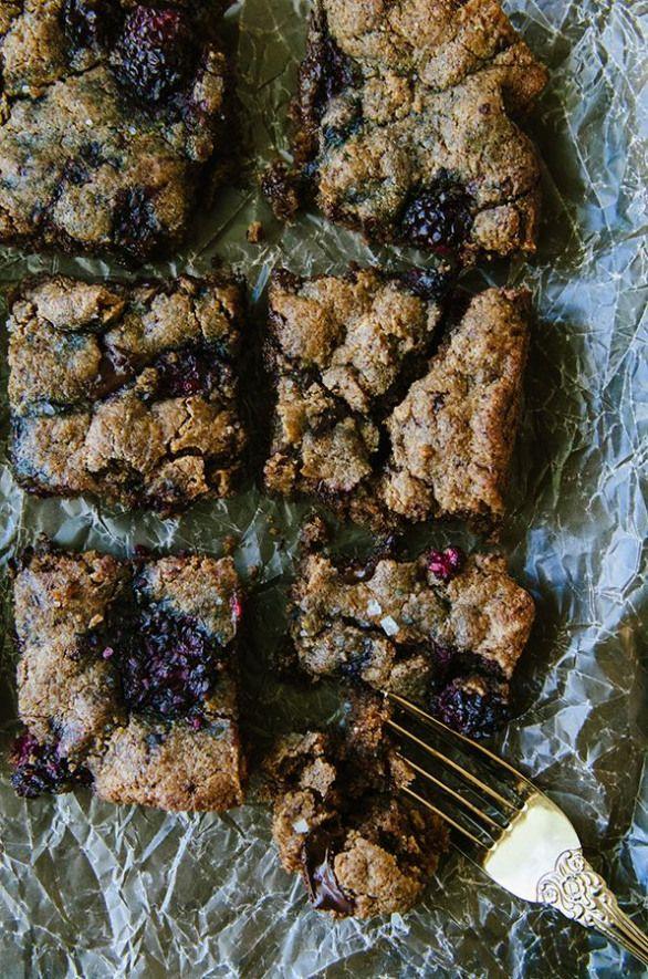 Your favorite recipe source for healthy food [Paleo, Vegan, Gluten free] Grain-Free Dark Chocolate Chunk and Blackberry Blondies by @SoLetsHangOut //