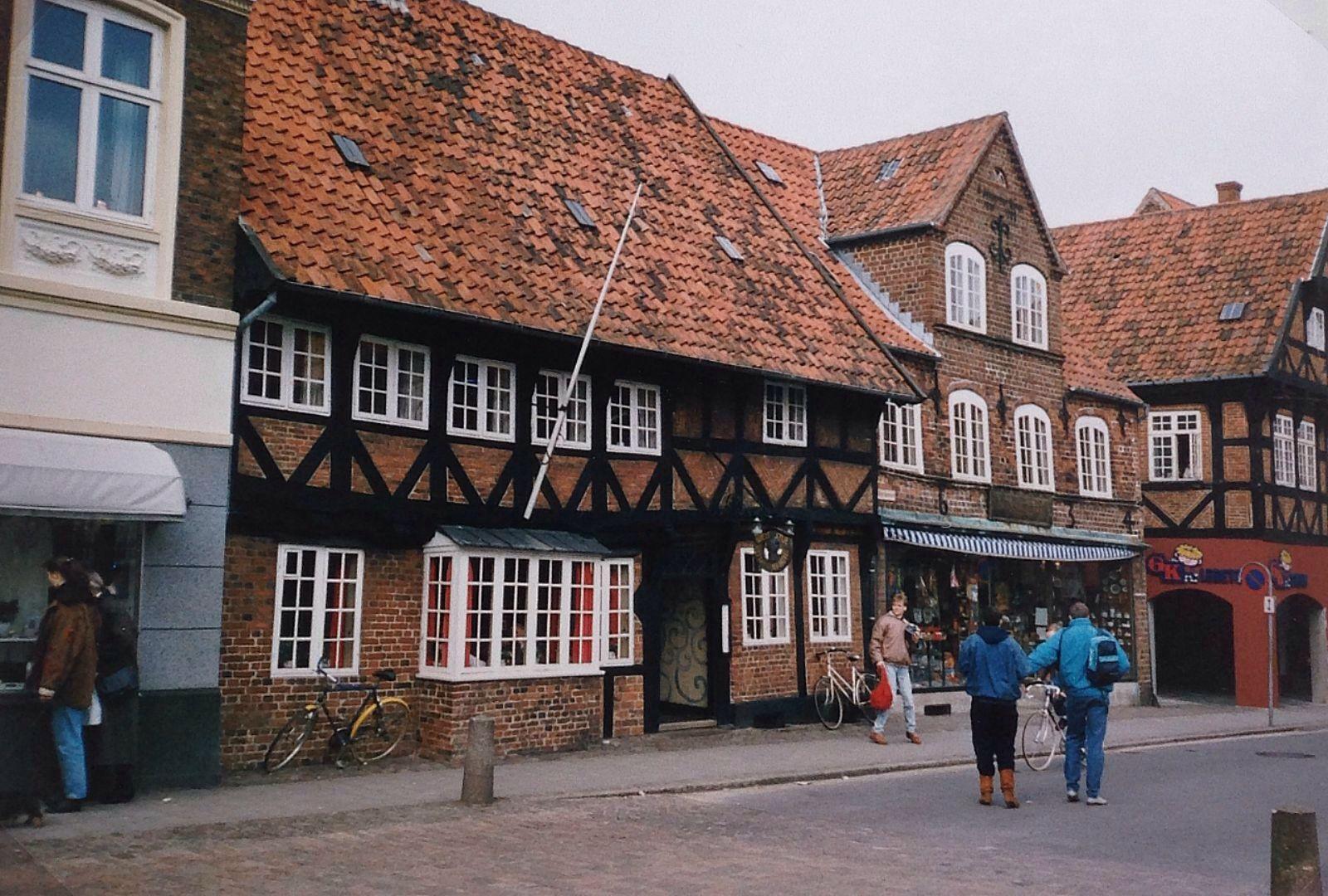 Ribe is het oudste stadje van Denemarken. Met een mooie kathedraal en prachtige vakwerkhuizen en trapgeveltjes. Ook het nabijgelegen Tønder is het bezoeken waard. (1988)