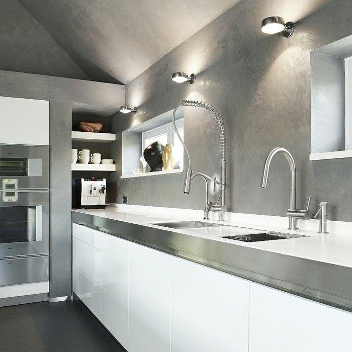 Küche mit weißen Küchenfronten, Schrägdach, gestrichen in Grau - farbe für küche