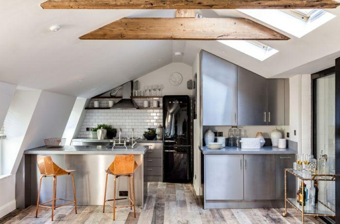 Küche Mit Dachschräge Holzbalken Metalloptiken Und Schwarzer Kühlschrank