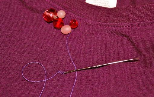 Decorar camisetas b sicas con abalorios ropa diy customizar ropa pinterest - Decorar camisetas basicas ...