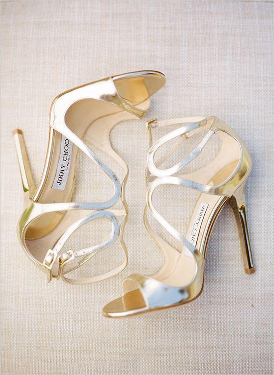 gold jimmy choo wedding shoes #weddingshoes #jimmychoo @weddingchicks. Pineado por H A B I T A N 2 http://habitandos.blogspot.com.es