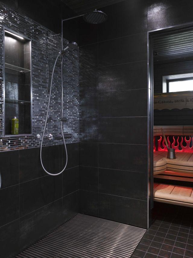 Kleines Bad Sauna Schwarze Fliesen Holz Sitzbank