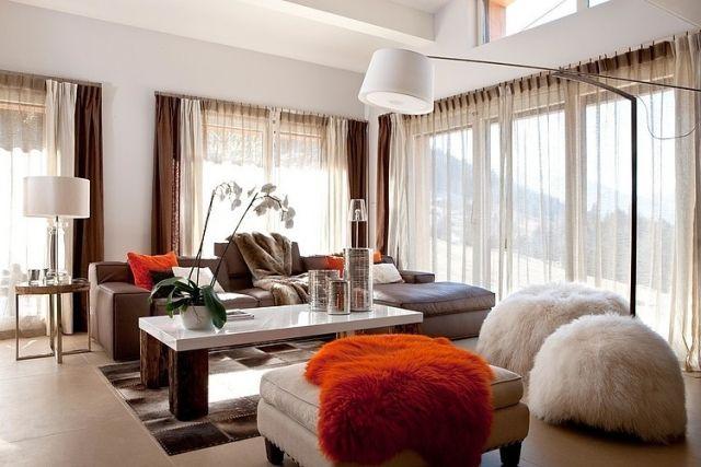 Charmant Wohnzimmer Hohe Decke Gemütliche Sitzmöbel Sitzsack Fell überwurf Rot