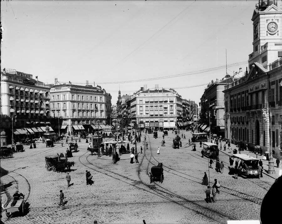 Puerta del Sol, hacia 1900.