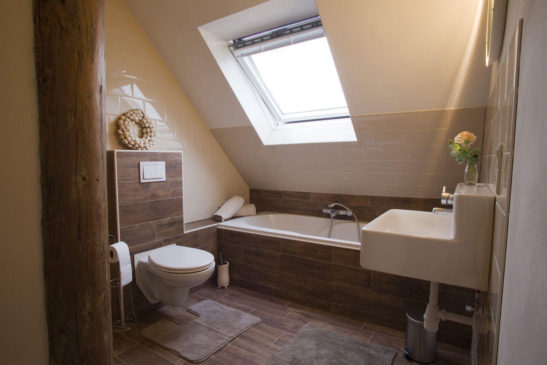 Badkamer met ligbad , toilet , wastafel , en inloop douche ...