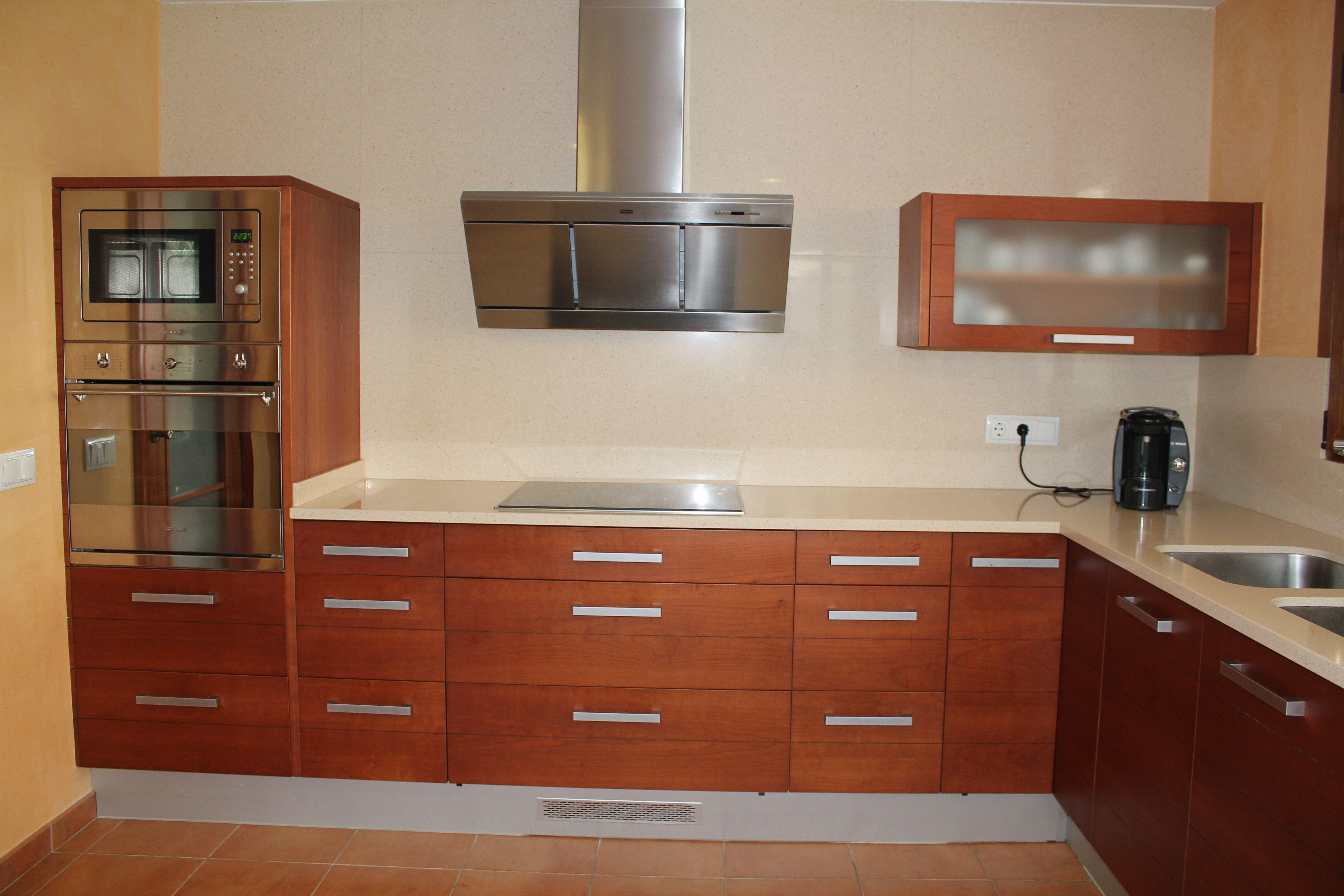 Mobiliario de cocina fabricado en tablero marino chapado con cerezo con ranuras horizontales y - Tableros de cocina ...