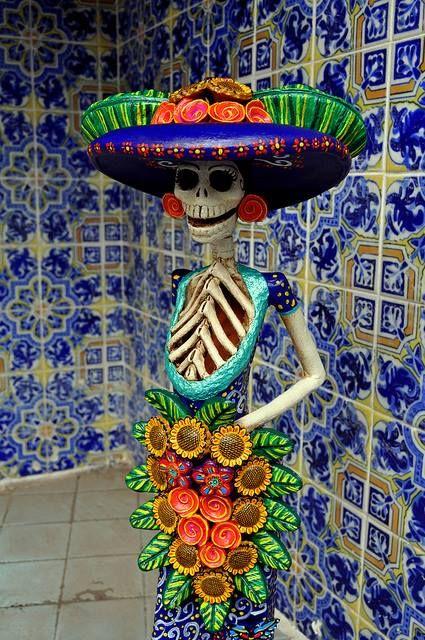 """La Catrina -originalmente llamada """"Catrina Garbancera"""" es una obra original de José Guadalupe Posada, la llamó la """"Catrina Garbancera"""" en referencia a las personas que teniendo sangre indígena pretendían ser europeos. Con el tiempo La Catrina se convirtió en el icono mexicano de la muerte y también encontramos en ella a Mictecacíhuatl -la señora del Inframundo"""