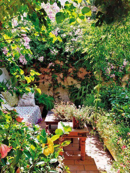 Casa en Ibiza, con un frondoso patio interior