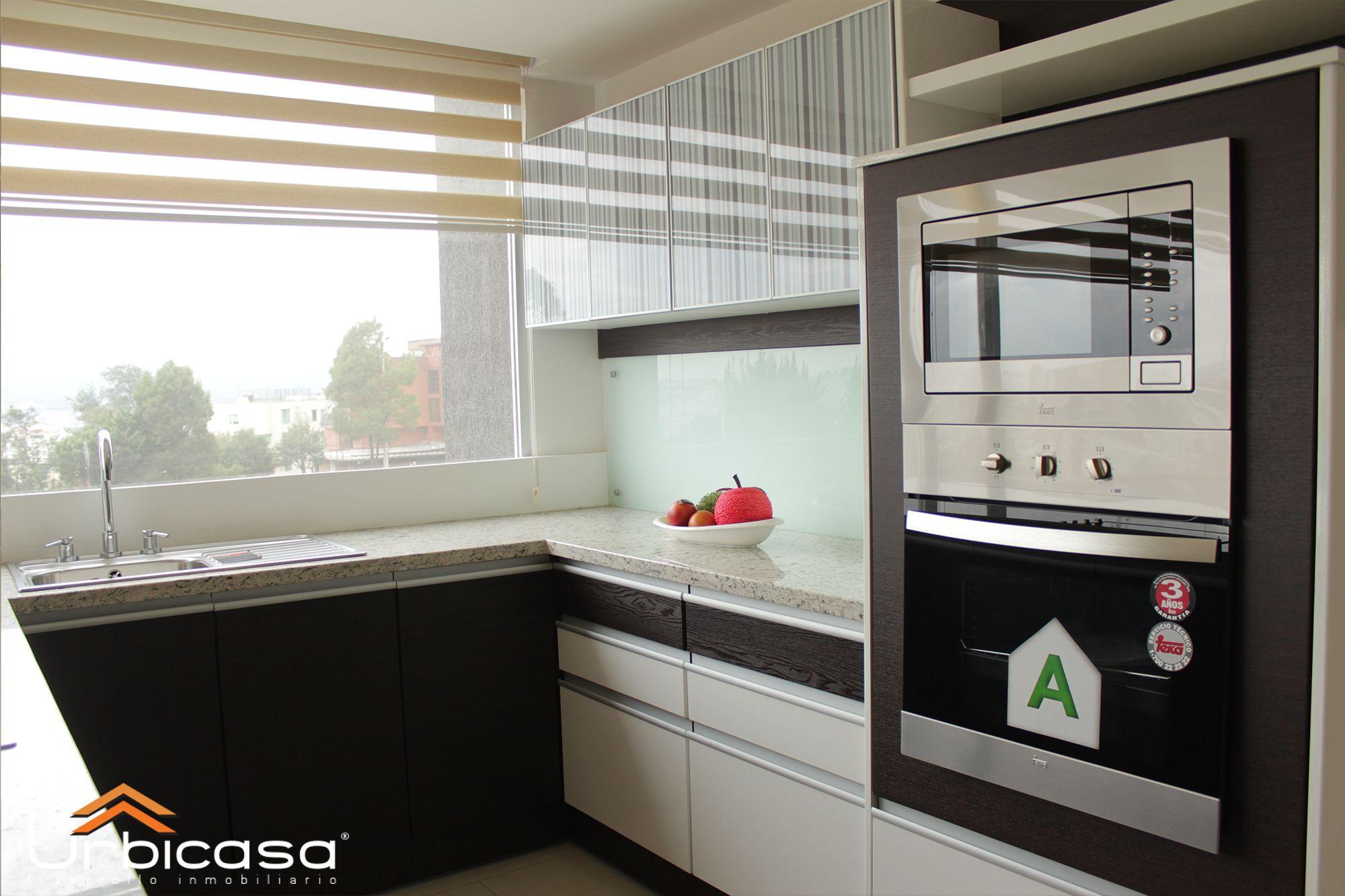Cocina con ventana a la calle y horno empotrado muebles - Cocinas con barra ...