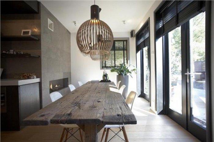 Mooi contrast tussen strakke lijnen in wit en antraciet en de oude houten tafel verlichting - Grote ronde houten tafel ...