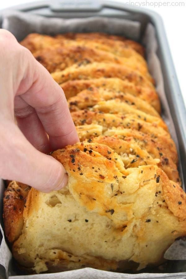 EASY GARLIC AND HERB PULL APART LOAF 🍞🍞 This Easy Garlic ...