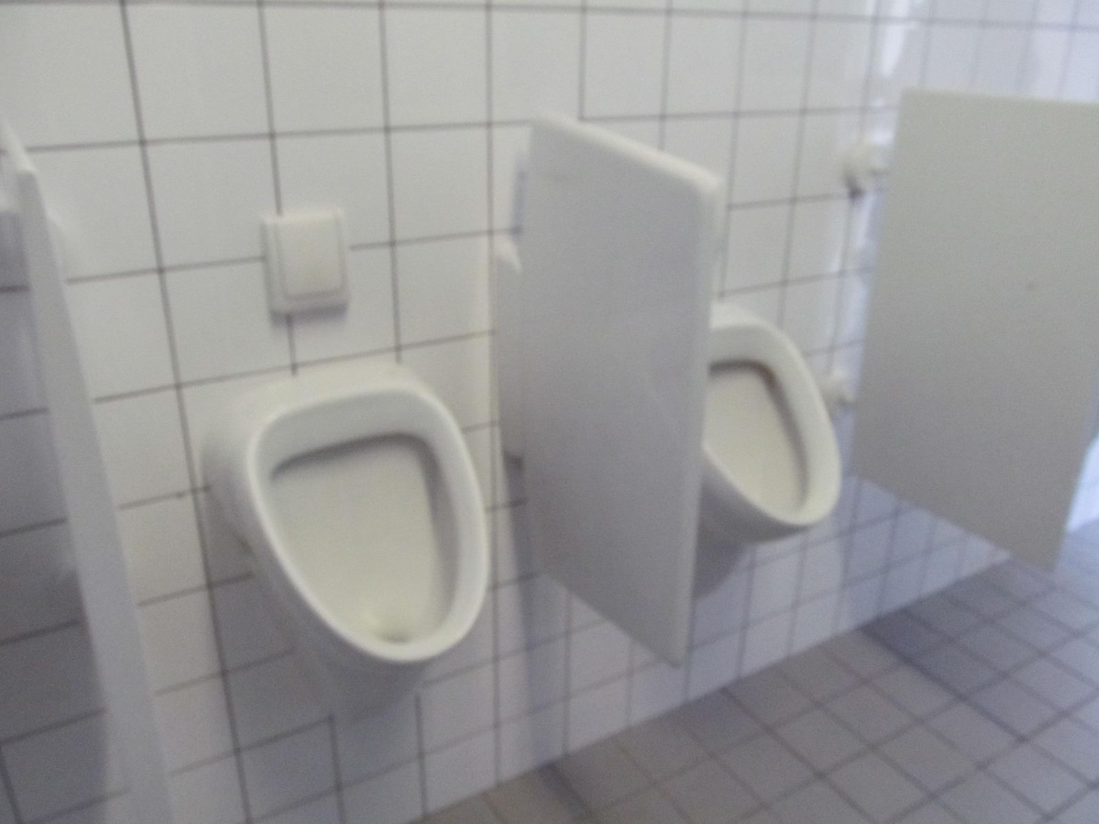 Geberit Toilet Prijs : Set van urinoirs met een fraai kunsstof schaamschot van geberit