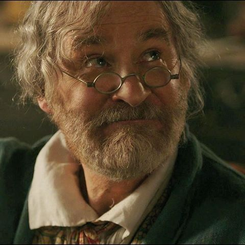 Maurice played Kevin Kline Disney Beauty and The Beast Live - k chen in grau