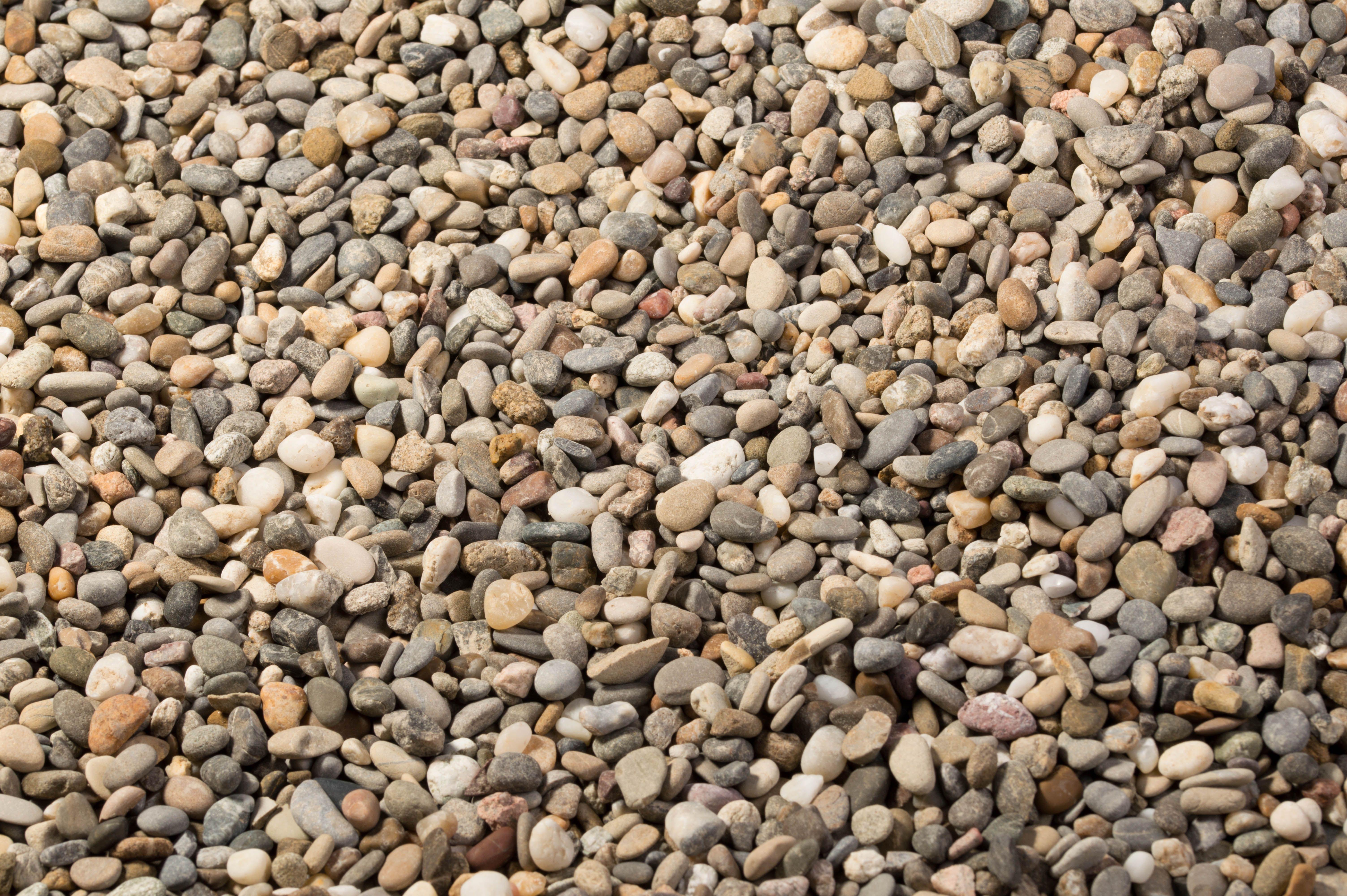 gravier rhin 47 mm est une roche naturelle en mlange gris fonc gris clair et rouge pour le jardin les alles de garage les sentiers pdestres