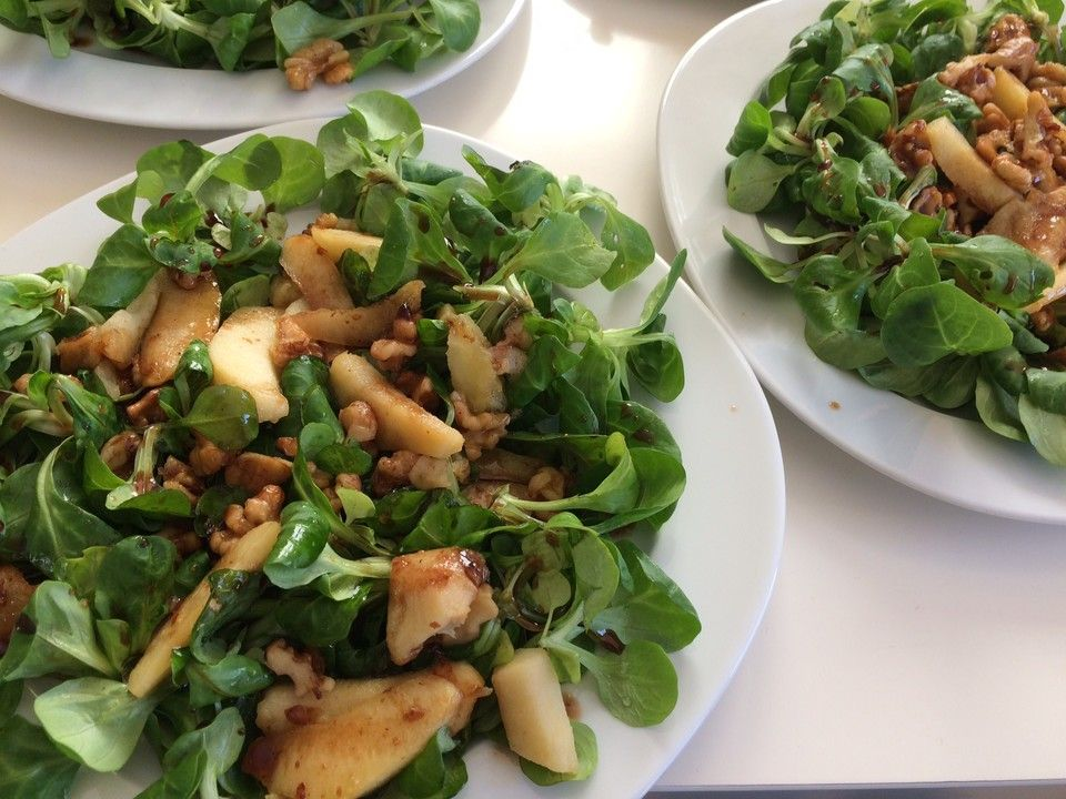 Feldsalat mit gebratenen Birnen und Walnüssen | Rezept ...