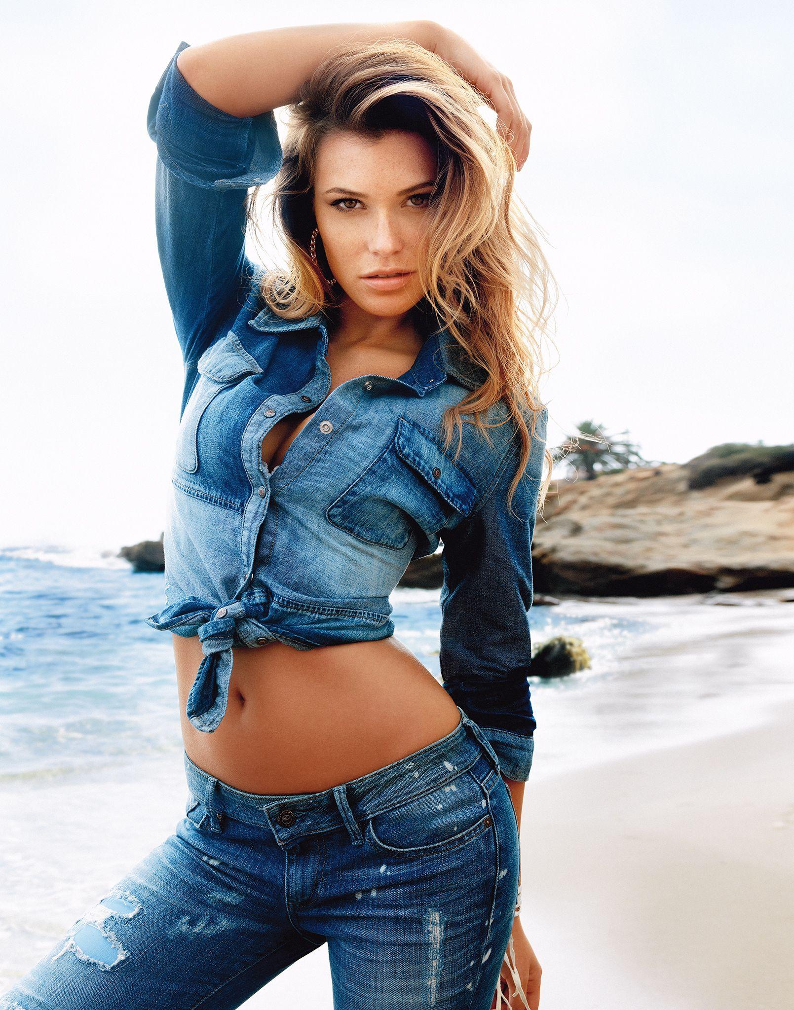 Фотографии красивых красоток в джинсах