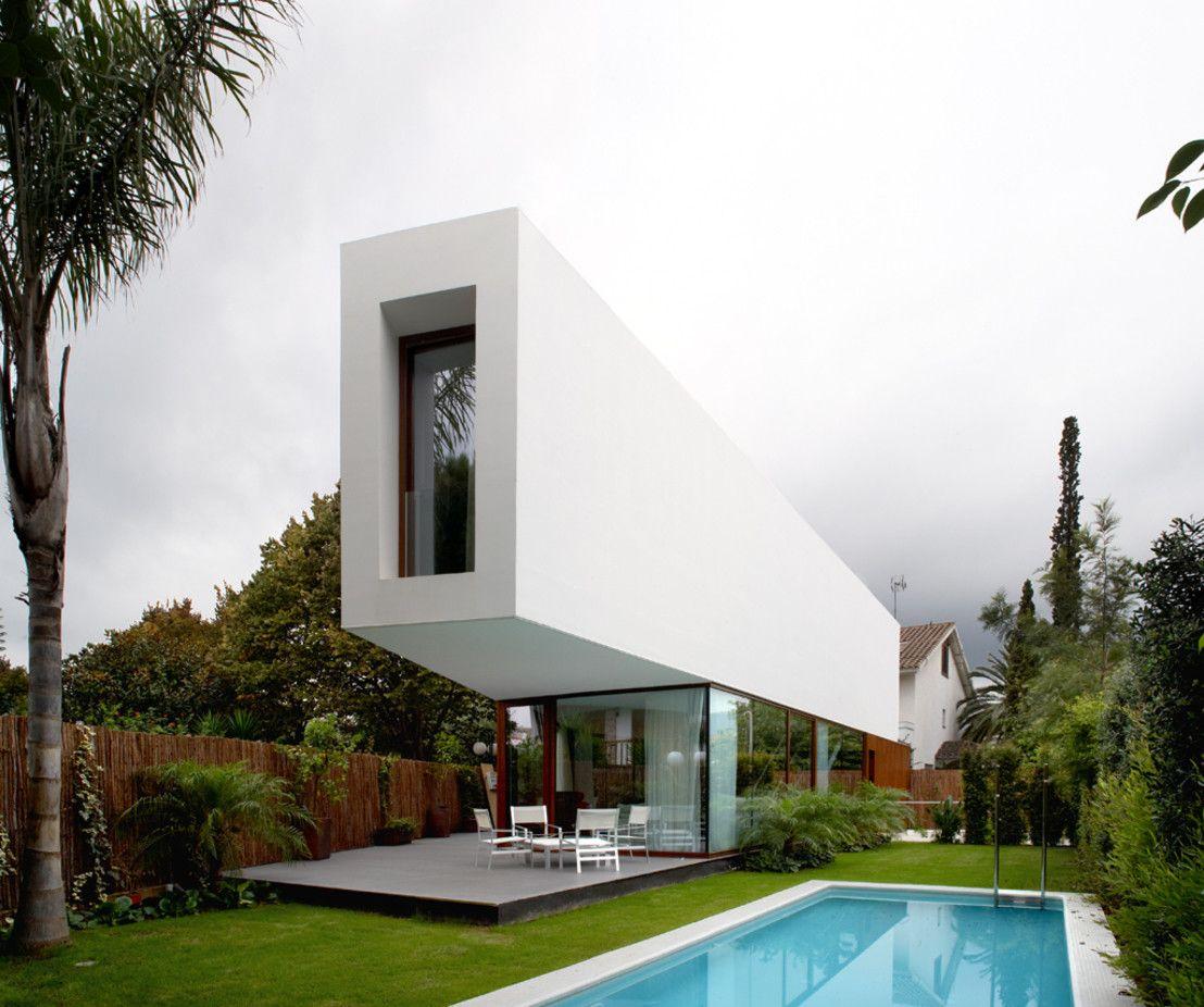 Nowoczesny dom w Barcelonie. Zobacz więcej na: https://www.homify.pl/katalogi-inspiracji/18098/10-duzych-domow-10-powodow-do-zazdrosci