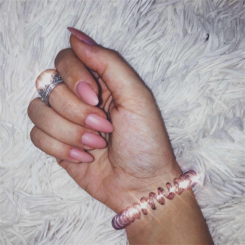 Маникюр 🌷  Кольцо   #bossbabe #pink #manicure #happynewyear #merrychristmas #oval #white #маникюр #рождество #черныйманикюр #праздник #кольцо #скамнем #нарощенные #красиво #ухоженно #длясебялюбимой