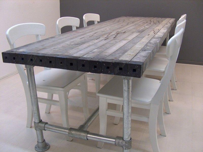 Tafel van oude aluminium profielen met steigerbuis