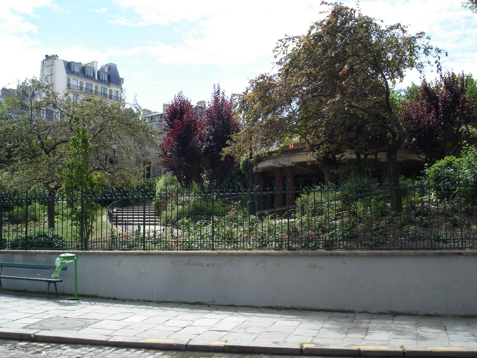 Le Square Suzanne Buisson depuis l'Avenue Junot