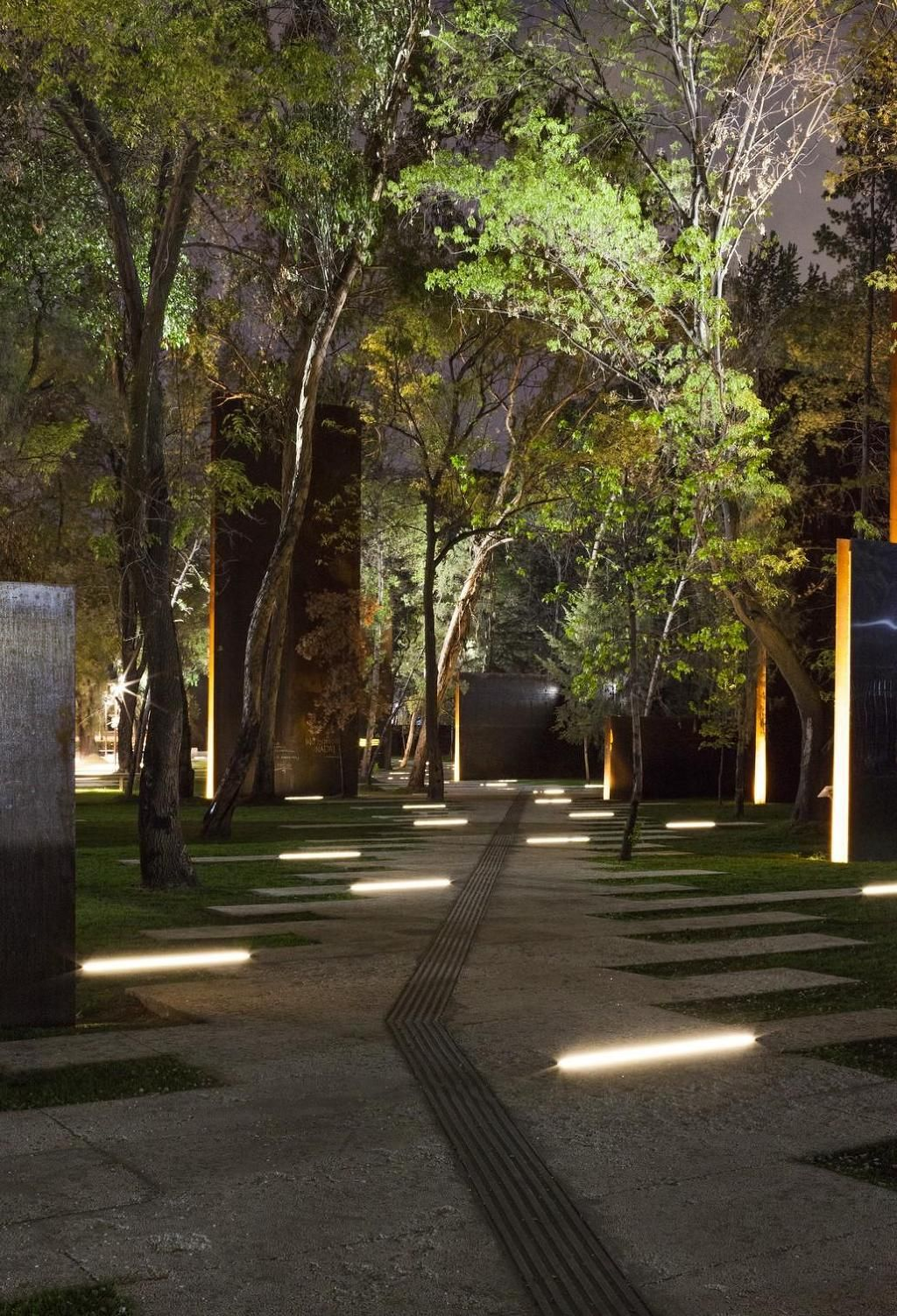 Iguzzini linealuce parks and gardens for Architectural landscape lighting
