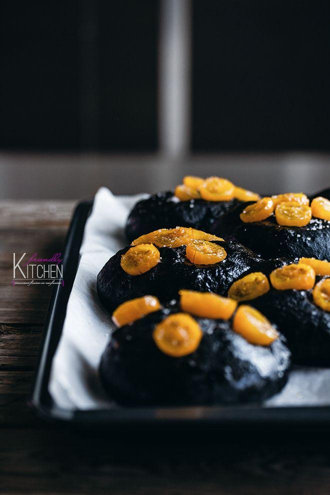 Le focaccine al nero di seppia saranno perfette anche da preparare con i bimbi di casa, facendoli impastare a mano in vista di Halloween.