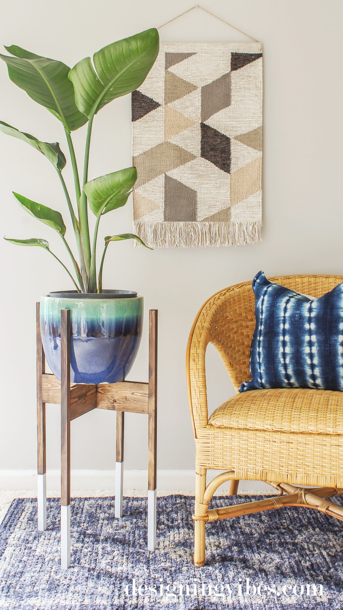 DIY Mid-Century Modern Plant Stand with Wood Dip-Dyed Legs #diyplantstand