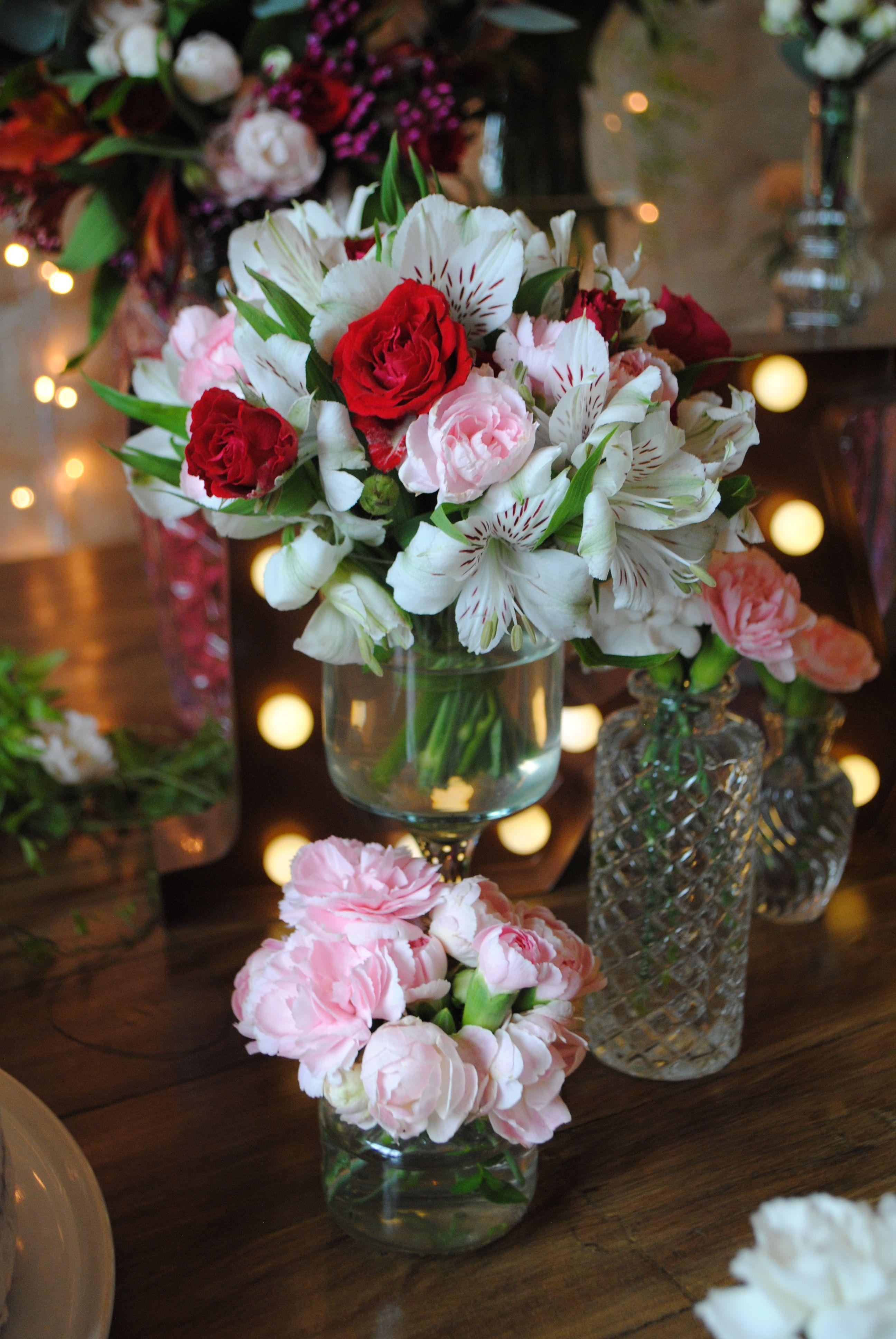 Detalhe Dos Pequenos Arranjos De Flores Da Mesa Do Bolo De Um