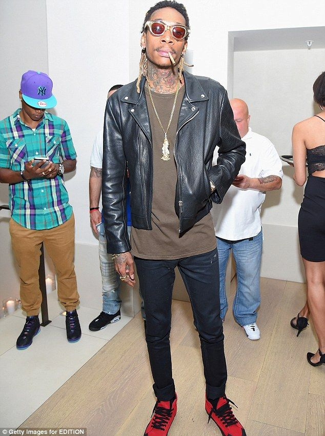d2424ee288d Rihanna hosts NYFW party showcasing perfect pout with cyan lipstick ...