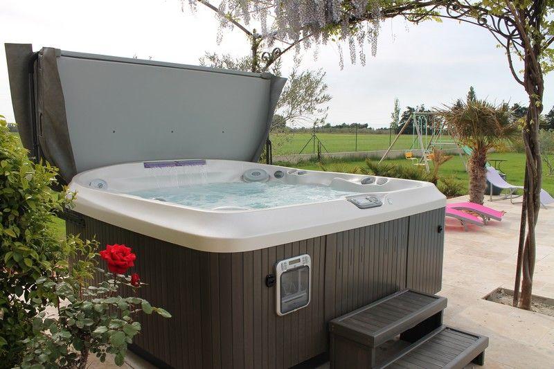 Spa Jacuzzi® J-480™ posé sur une terrasse Spas Jacuzzi® en