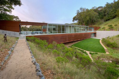 Working w/the landscaping contemporary landscape by Studio Green