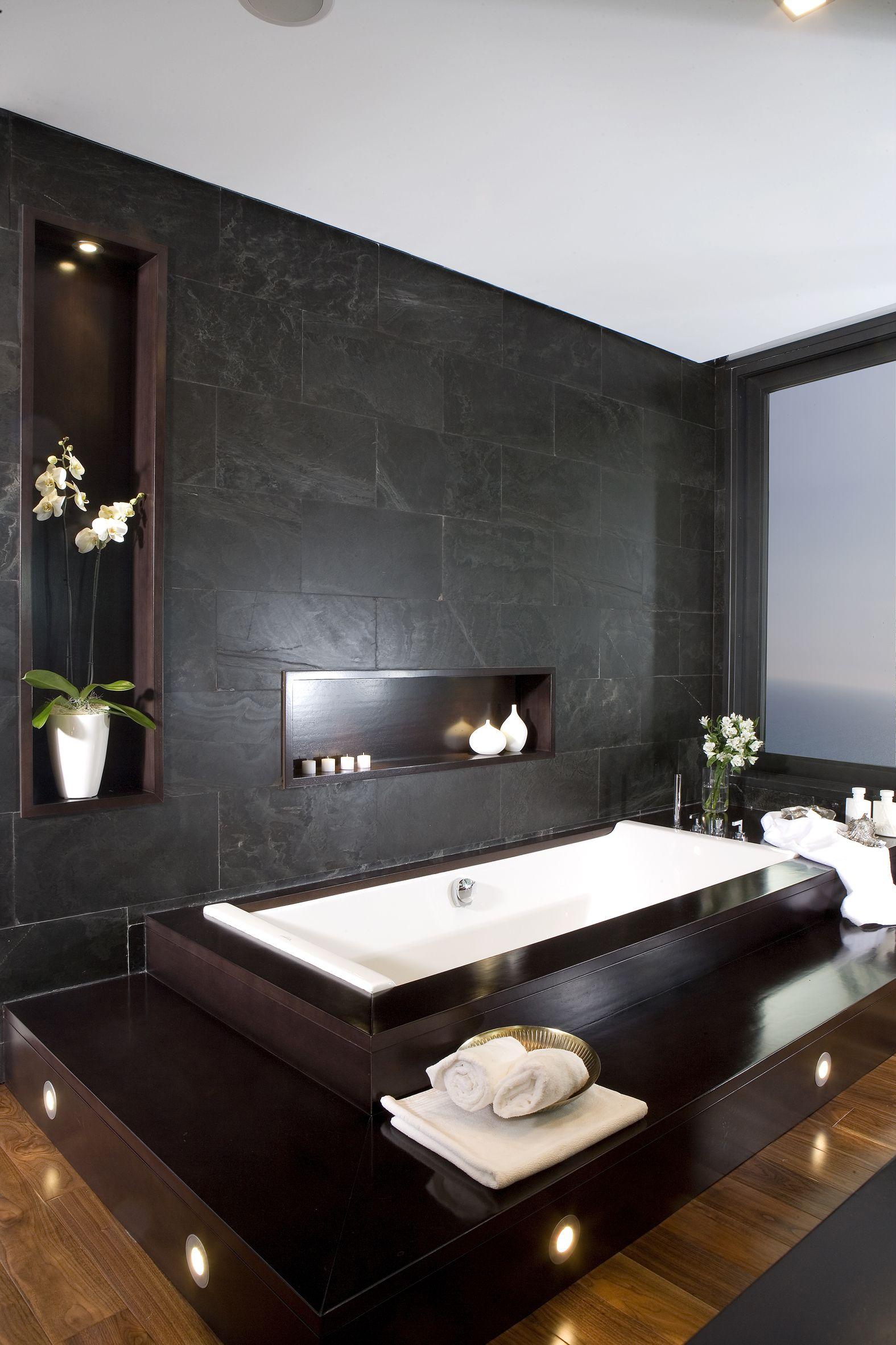 baño realizado en pizarra natural y madera iroko con bañera de la