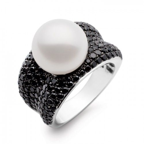 An 18ct white gold ring featuring a single button shaped white