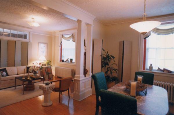 weiße wandfarbe und schlichte ausstattung im wohnzimmer und im - ideen für wohnzimmer streichen
