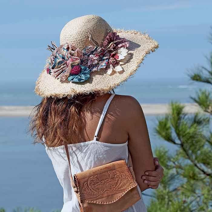 Un Chapeau Orne De Fleurs En Tissu Chapeau De Paille Chapeau Et