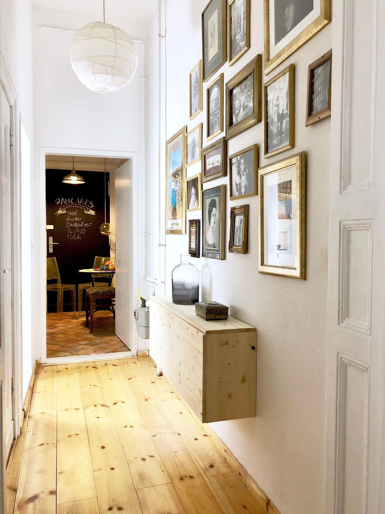 Diese schicke Gallery-Wall erzeugt das Gefühl von mehr Raum im Flur ...