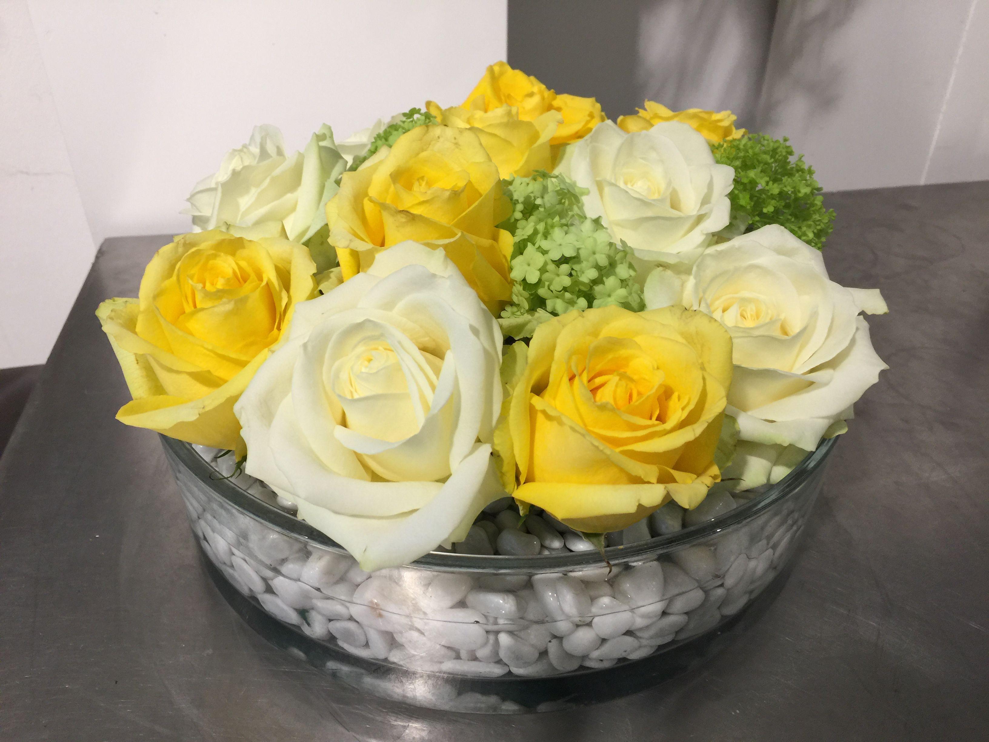Blumendekoration mit gelben und weißen Rosen