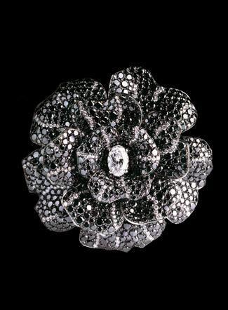 Chanel.. Broche Camelia en or blanc 18 carats , 992 diamants noirs pour un  poids total de 54,5 carats et 171 diamants blancs pour un total de 4,5  carats ... c46eddf653e