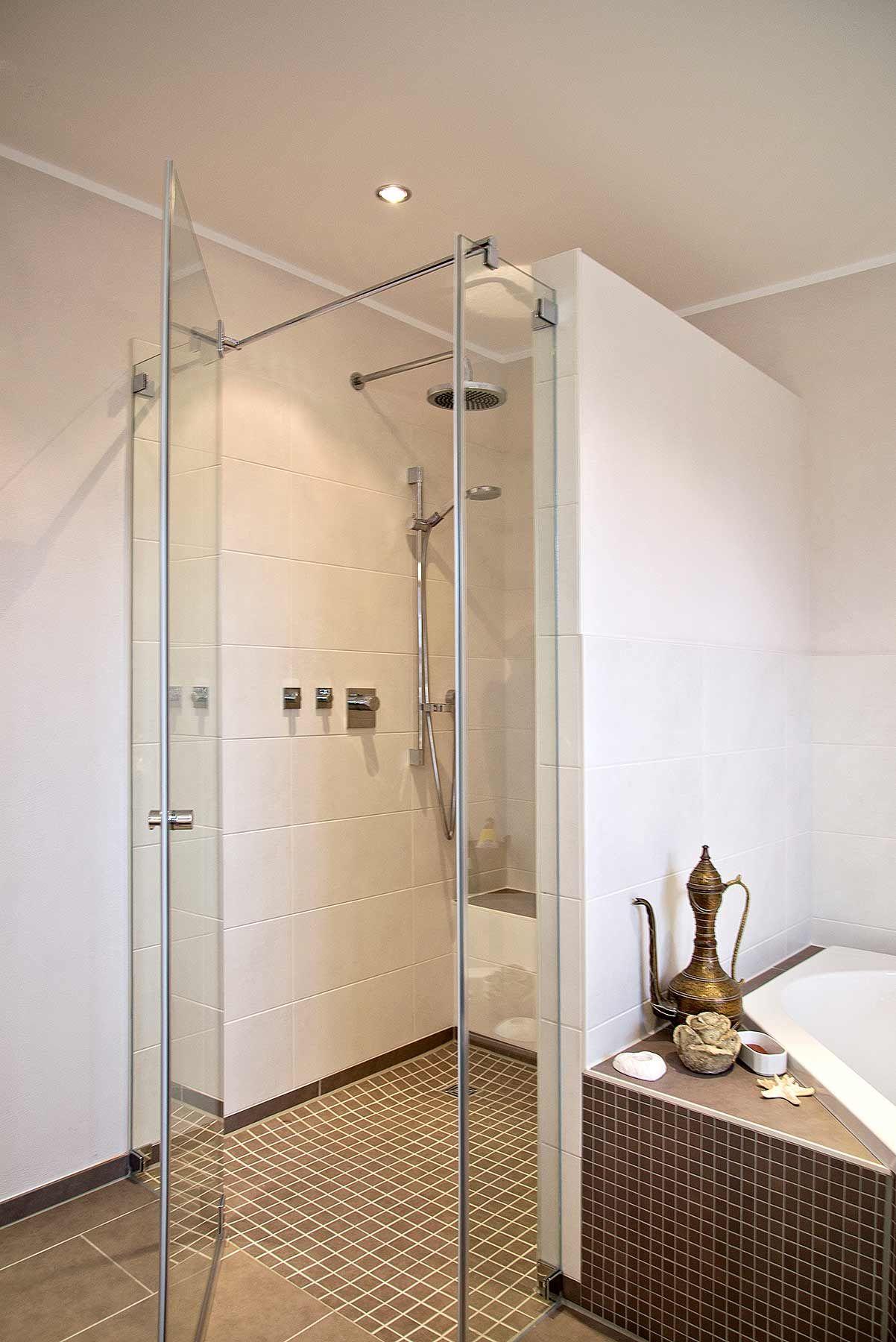 bodenebene dusche mit glastr und gemauerter abtrennung zur sechseck badewanne - Badewanne Neben Dusche
