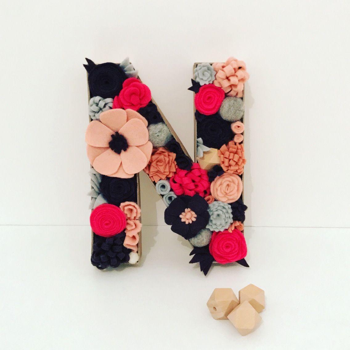 lettre initiale d cor e de fleurs en feutrine cr ation personnalisable cadeau prenom. Black Bedroom Furniture Sets. Home Design Ideas