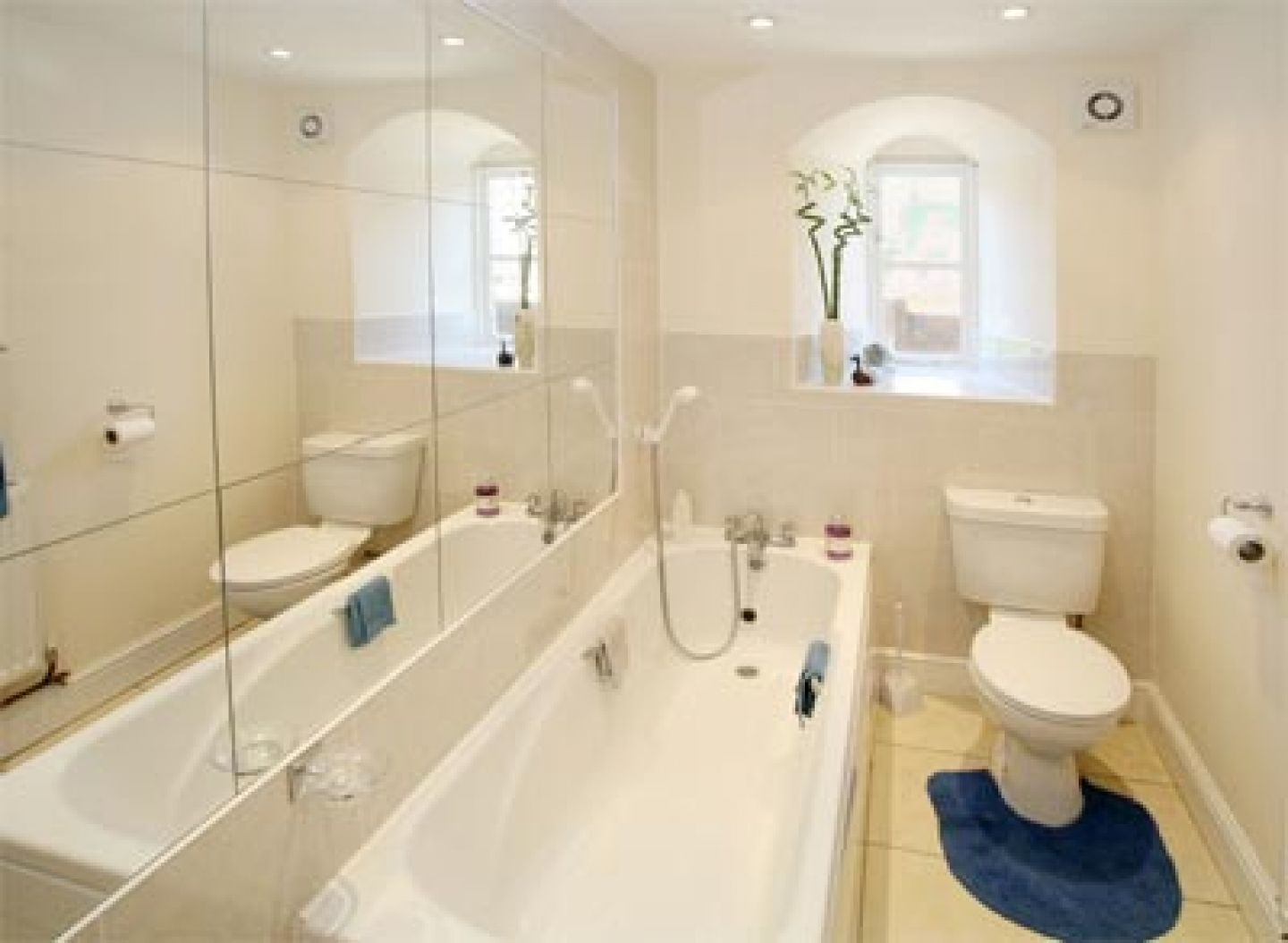 How To Purchase A Beautiful Bathroom Suite On A Shoestring Budget - Small bathroom decorating ideas on tight budget creative ideas