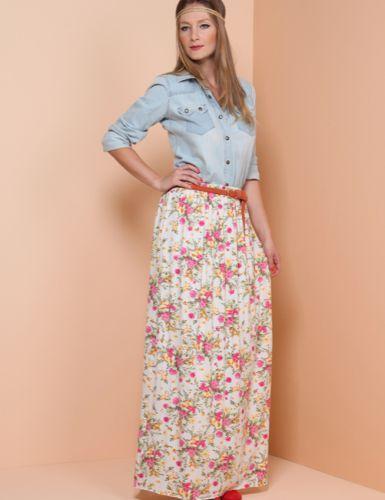 Saia longa florida e camisa jeans