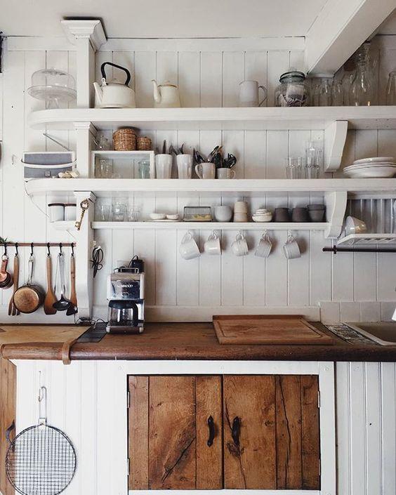 refaire sa cuisine rustique en moderne du bois dans la cuisine et un vier blanc cuisines