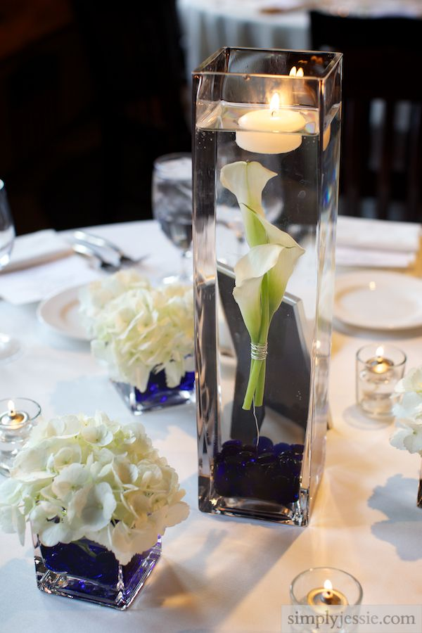 Elegant white and blue wedding centerpiece @Simply Photography - centros de mesa para boda con velas flotantes