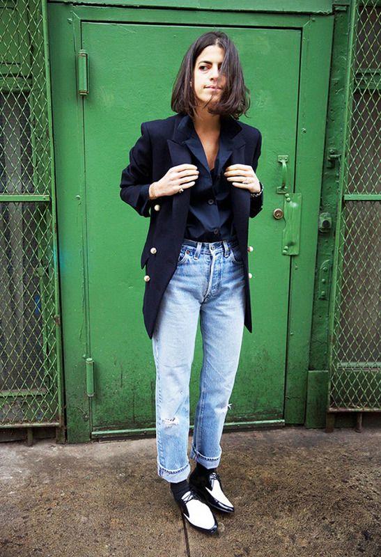 Dale un toque divertido a tus 'mom jeans' años 90 siguiendo la pista a Leandra Medine, de Man Repeller: americana, camisa y 'bluchers' bicolores