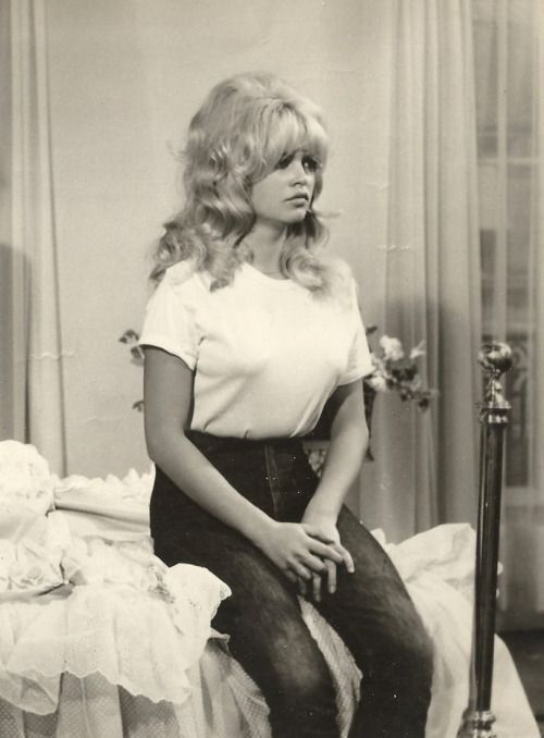 d17314a4286655 Brigitte Bardot wearing a white cotton t shirt and dark blue skinny jeans  possibly Levi s. on the set of A Very Private Affair 1961